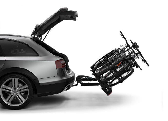 Łatwy dostęp do bagażnika samochodu z załadowanymi rowerami dzięki mechanizmowi odchylenia sterowanemu pedałem. Szeroki kąt odchylenia pozwana na otwarcie nawet dużych drzwi bagażnika