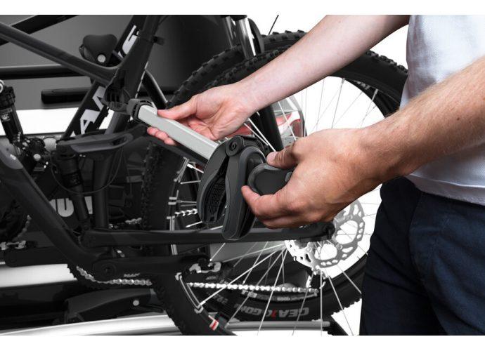 Łatwe mocowanie rowerów przy użyciu odłączanych uchwytów z gałkami Thule AcuTight, które kliknięciem sygnalizują, że osiągnięto optymalną siłę mocowania