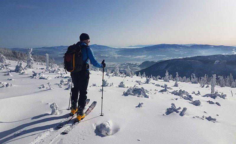 Narty skitourowe, biegowe i splitboard – zimowe ferie i weekendy bez potrzeby korzystania z wyciągów narciarskich.